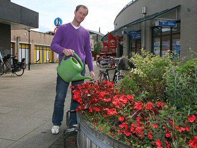 De ondernemers in De Meenthof in Kortenhoef onderhouden de plantenbakken in het winkelcentrum.